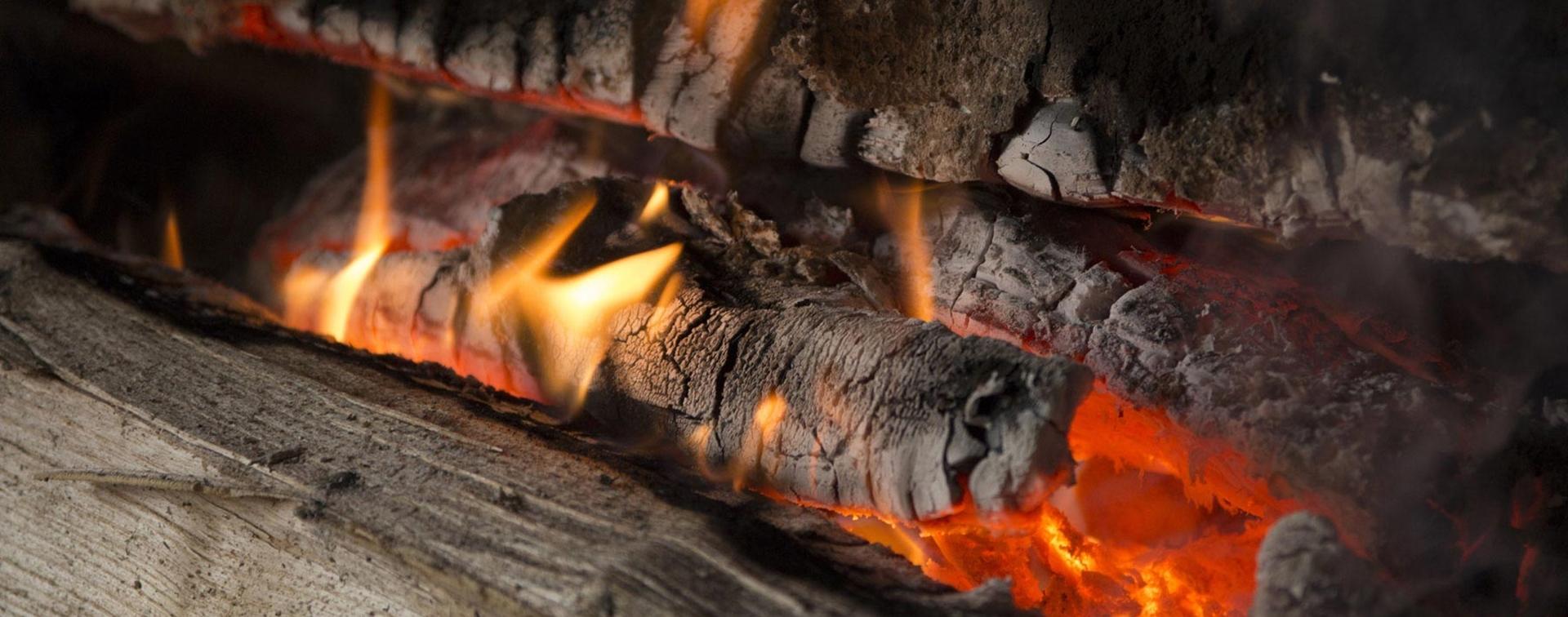 Foto Di Un Camino Acceso la combustione della legna in stufe e caminetti
