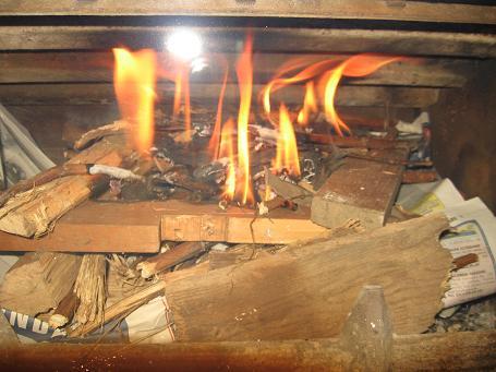 Accendere il fuoco nella stufa a legna o caminetto